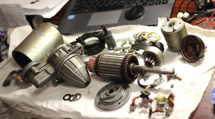 Стартер в разобранном состоянии перед началом его ремонта.