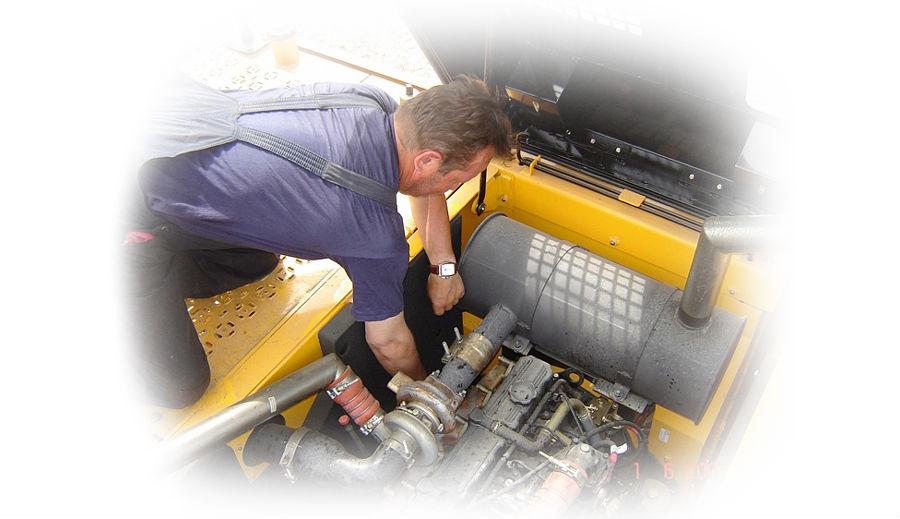 Работает автоэлектрик над системой электричества специализированной техники